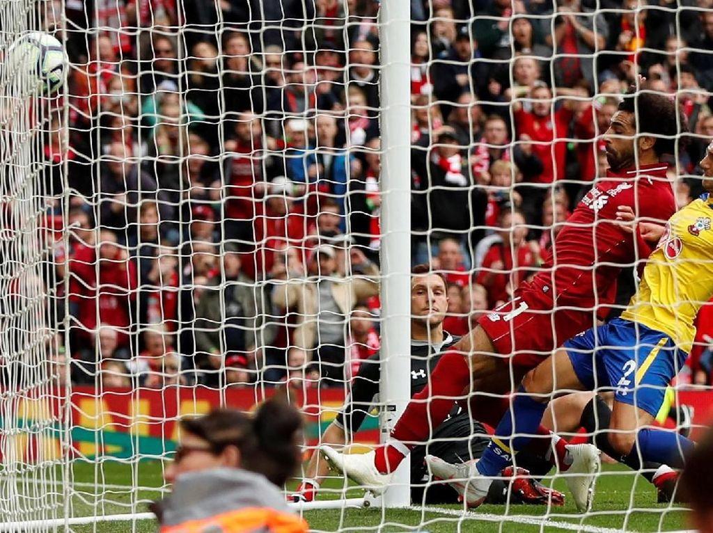 Di pengujung babak pertama, Mohamed Salah dengan cekatan menyambar bola rebound untuk membawa Liverpool memimpin 3-0. (Lee Smith/REUTERS)