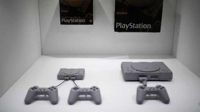 Raksasa elektronik Jepang, Sony, mengumumkan perilisan miniatur konsol yang dirancang seperti PlayStation asli. (AFP PHOTO / Martin BUREAU)
