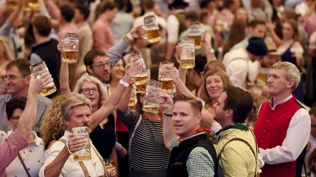 Pada Sabtu (22/9), ratusan warga Munich berkumpul untuk merayakan dimulainya Oktober fest ke-185. (REUTERS/Andreas Gebert)