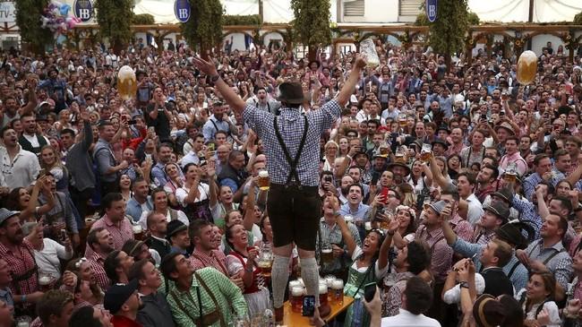 Pada Oktoberfest, jumlah konsumsi bir tradisional asal Jerman akan membludak. Tercatat, pada 2013, ada 7,7 juta liter bir yang dikonsumsi selama acara ini. (REUTERS/Michael Dalder)