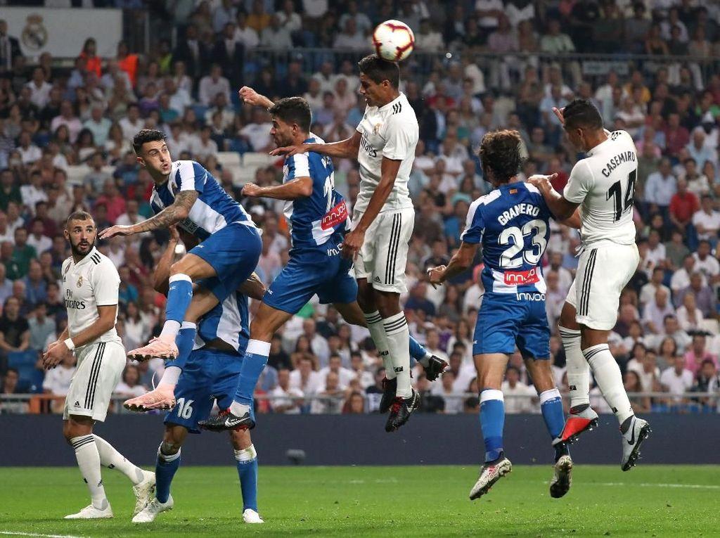 Di menit-menit akhir, Espanyol terus berupaya untuk mencetak gol balasan. Namun Madrid tampil solid dalam bertahan dan tak ada gol lagi yang tercipta di sisa pertandingan. REUTERS/Susana Vera.