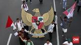 Selain menggunakan atribut karnaval dengan tema tradisional maupun superhero, para peserta juga membawa replika burung garuda Pancasila sebagai simbol Bhinneka Tunggal Ika. (CNN Indonesia/ Andry Novelino).