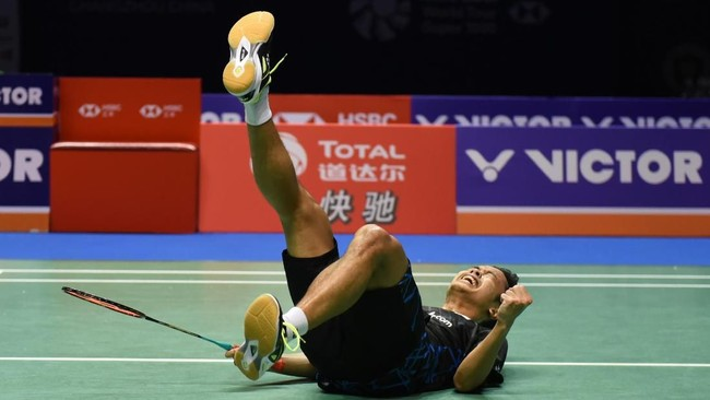 Anthony Sinisuka Ginting menjadi pebulutangkis tunggal putra pertama Indonesia sejak Alan Budikusuma pada 1994 yang mampu merebut gelar China Terbuka. (AFP PHOTO / STR)