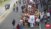 Kostum tradisional menjadi atribut karnaval partai pengusung Capres-Cawapres pada Deklarasi Kampanye Damai Pemilu 2019 di kawasan Monas. Jakarta. (CNN Indonesia/Andry Novelino)