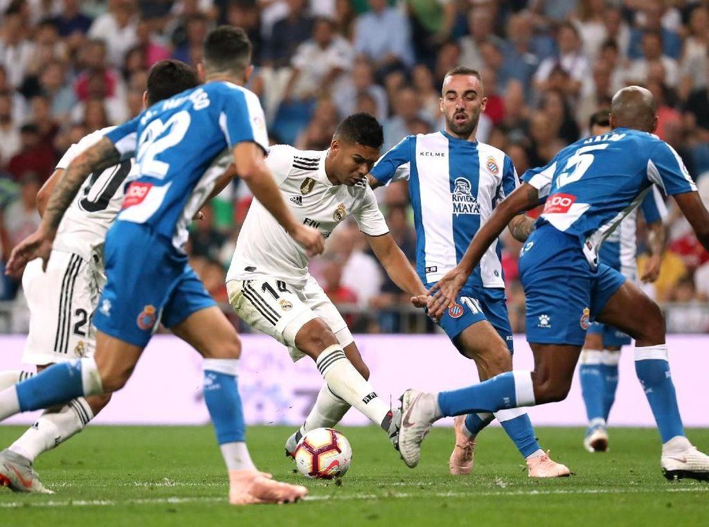 Madrid memulai babak kedua dengan agresif. Tim tuan rumah langsung melancarkan tekanan sejak awal. REUTERS/Susana Vera.