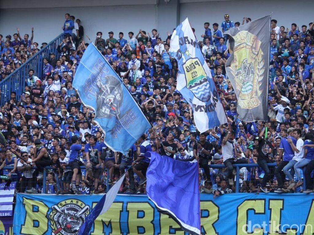 272.291 suporter Persib Bandung memenuhi laga-laga kandang tim kesayangannya di sepanjang Liga 1 musim lalu. Sayangnya, Bobotoh maupun Viking tidak bisa mendukung Persib selama semusim penuh karena hukuman dari PSSI. Foto: Wisma Putra/detikSport