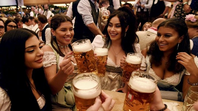 Oktoberfest biasanya dilaksanakan selama 16 hari dengan sejumlah hiburan lainnya, mulai dari taman ria, hingga acara-acara khusus. (REUTERS/Andreas Gebert)