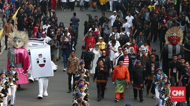 Ketua KPU Arief Budiman ikut serta dalam karnaval Kampanye Deklarasi Damai. Komisi Pemilihan Umum (KPU) menggelar acara karnaval deklarasi kampanye damai dalam rangka Pemilu 2019, Minggu (23/9). (CNN Indonesia/Andry Novelino)