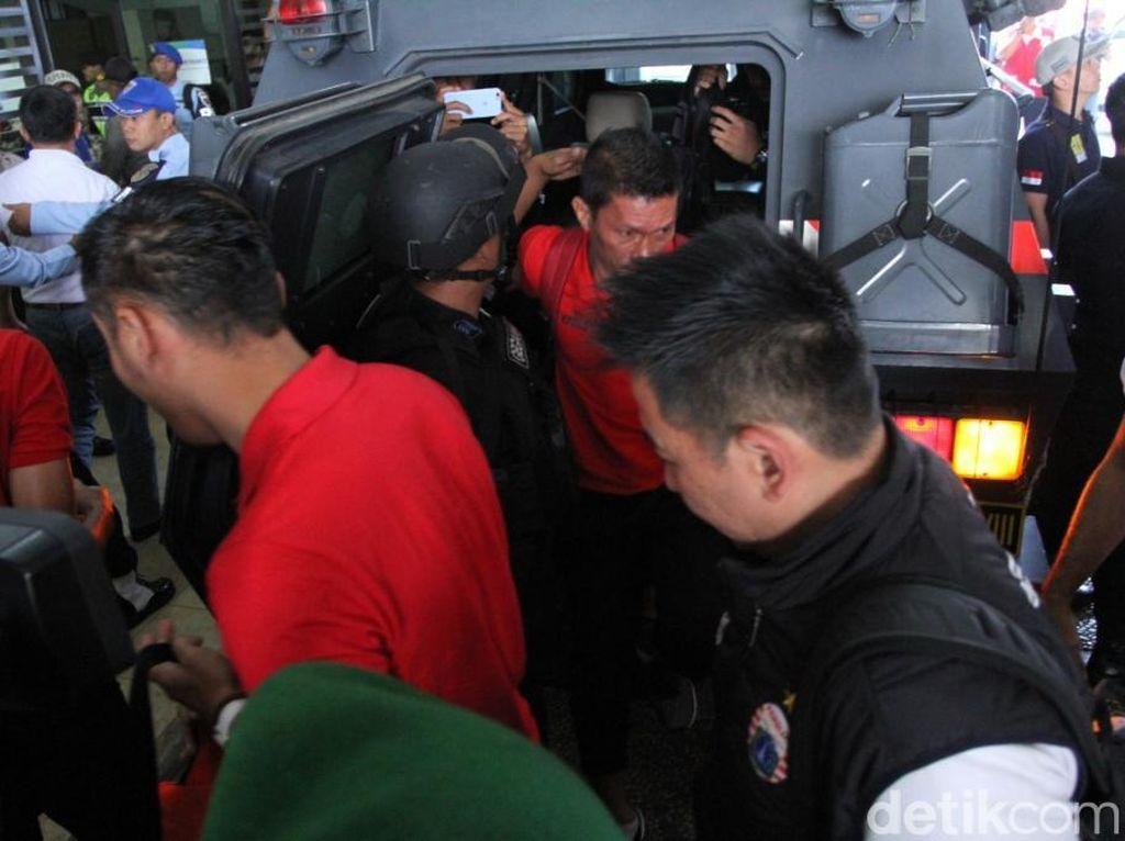 Petugas pengamanan mencapai 4 ribu personel untuk mengawal laga Persib Bandung dengan Persija Jakarta.
