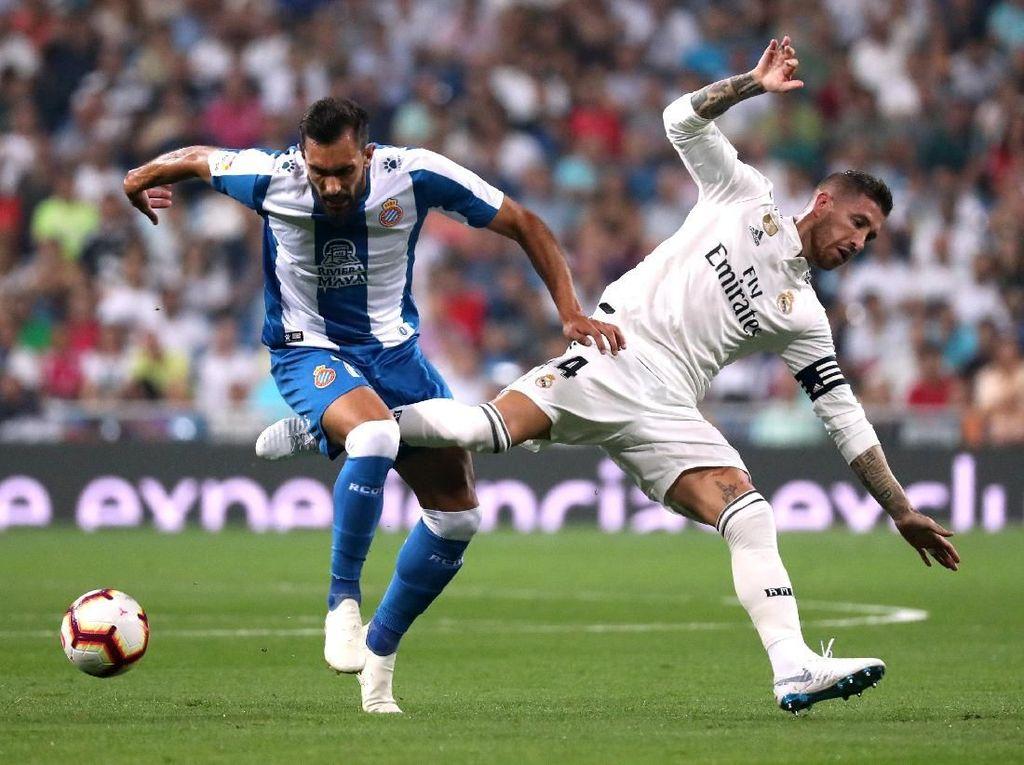 Kesalahan dari Sergio Ramos memberi kesempatan kepada Borja Iglesias untuk masuk ke kotak penalti. Tinggal menghadapi Courtois, Iglesias memutuskan untuk mengangkat bola. Sial bagi Espanyol, tendangan Iglesias membentur mistar gawang. REUTERS/Susana Vera.