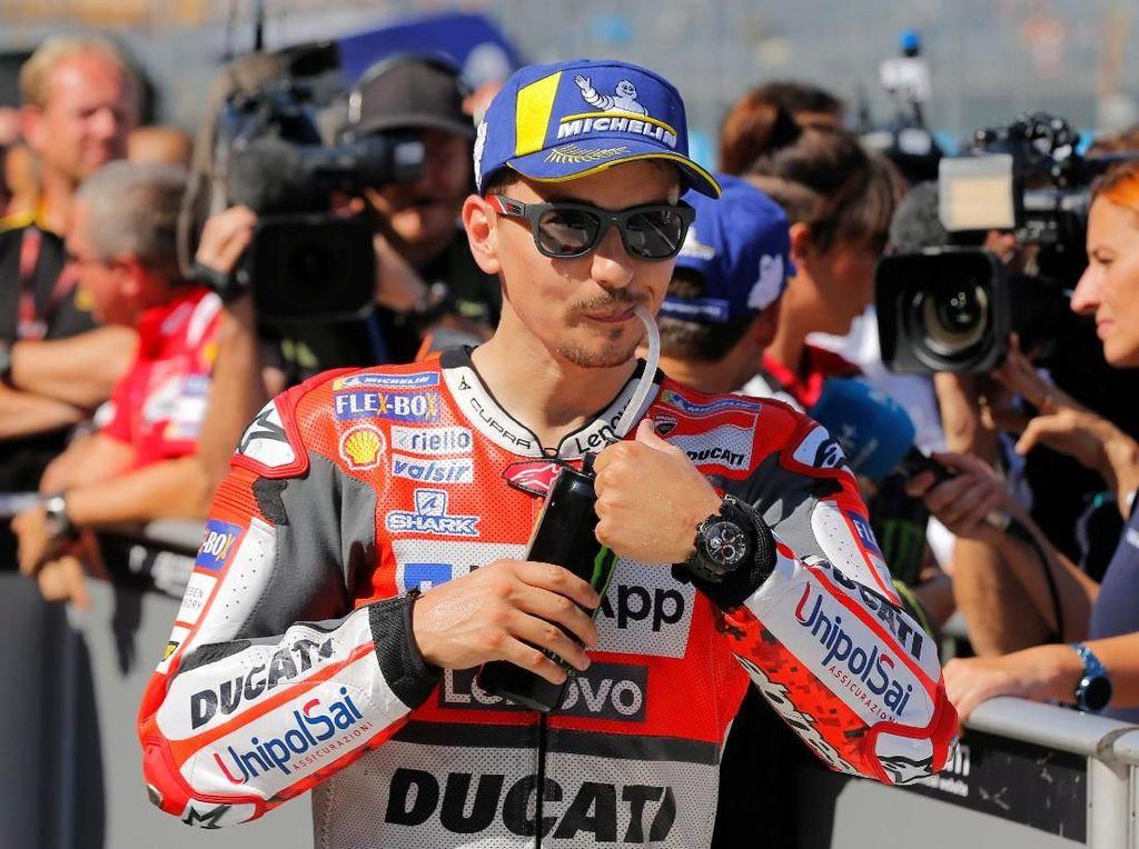 Butuh pemulihan 10 hari, Lorenzo berpeluang besar tetap tampil pada seri selanjutnya di Thailand. (REUTERS/Heino Kalis)