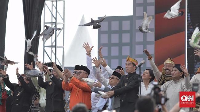 Pasangan Capres-Cawapres Joko Widodo-Ma'ruf Amin dan Prabowo Subianto-Sandiaga Uno melepas burung merpati sebagai simbol perdamaian saat deklarasi kampanye damai Pemilu 2019, Minggu (23/9). (CNN Indonesia/Hesti Rika)