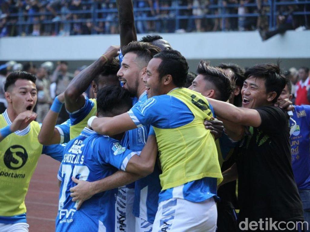 Bermain di Stadion Gelora Bandung Api (GBLA), Minggu (23/9/2018) sore WIB, Persib membuka keunggulan lebih dulu lewat gol Ezechiel Ndouassel di menit ke-28.