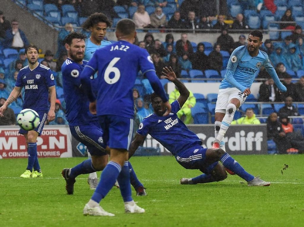 Semenit jelang waktu normal habism Mahrez kembali mencetak gol. Kesalahan pemain belakang Cardiff membuat bola jatuh di kaki Mahrez yang leluasa menembak bola ke pojok atas gawang Cardiff. Laga tuntas dengan skor 5-0 untuk kemenangan City. REUTERS/Rebecca Naden.
