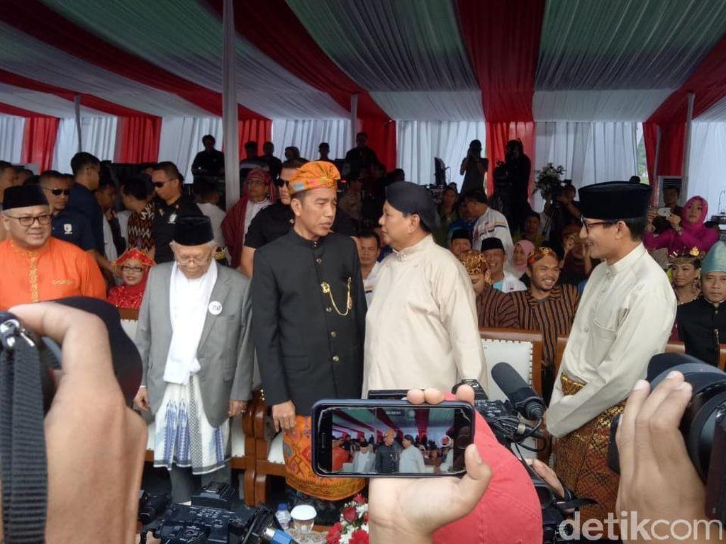 Adu Gaya Jokowi vs Prabowo Pakai Baju Daerah di Deklarasi Kampanye Damai