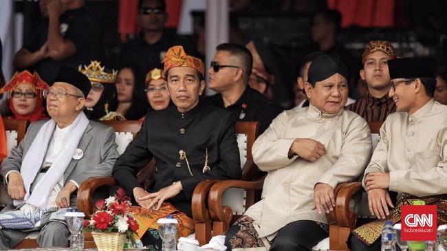 Dua pasangan bakal calon presiden-calon wakil presidenJoko Widodo-Ma'ruf Amin dan Prabowo Subianto-Sandiaga Uno menghadiri deklarasi damai yang diadakan KPU di Monas, Jakarta (23/9). (CNN Indonesia/Hesti Rika)