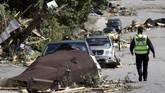 Dengan kecepatan angin tersebut, tornado itu sanggup membawa terbang mobil dan beragam bangunan.(REUTERS/Chris Wattie)