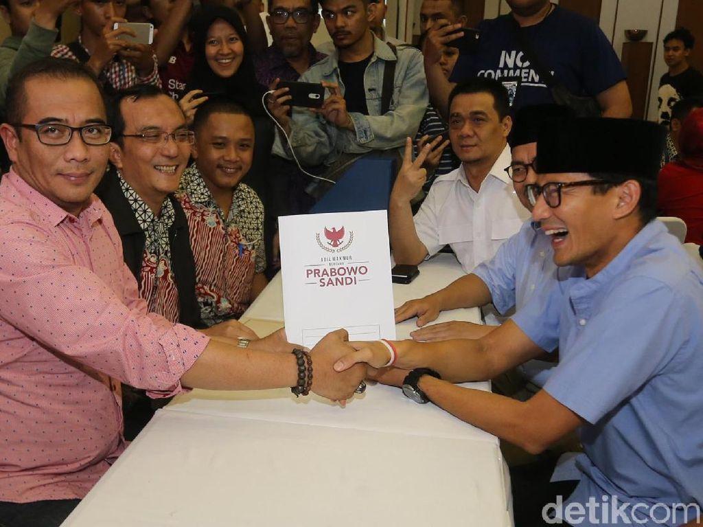 Tak sendiri, Sandiaga juga ditemani Juru Bicara Tim Prabowo-Sandiaga, Dahnil Anzar Simanjuntak.