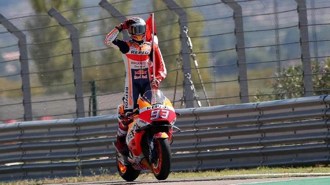 Marc Marquez akhirnya mampu mengalahkan Andrea Dovizioso pada balapan MotoGP Aragon 2018 dan memperlebar jarak di puncak klasemen MotoGP 2018. (REUTERS/Heino Kalis)