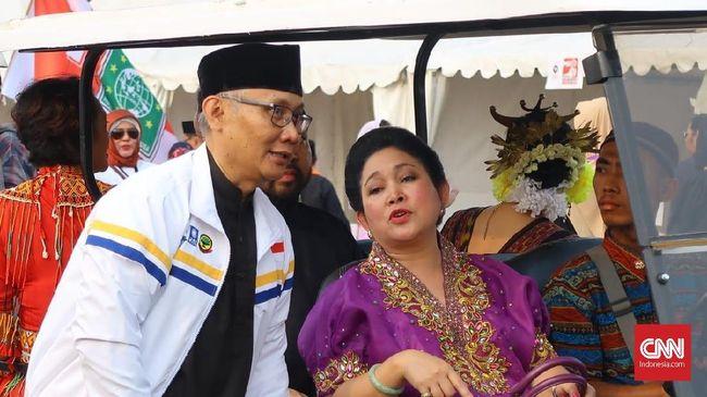 Titiek Soeharto Bernyanyi di Depan Pengusaha Tionghoa