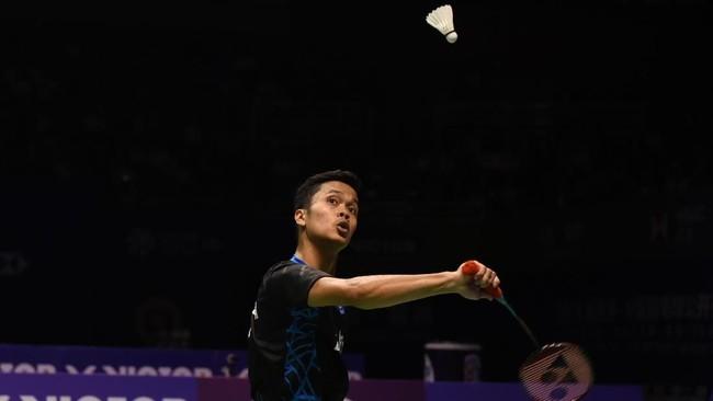 Meski mampu mengalahkan tiga pebulutangkis unggulan dalam perjalanan ke final China Terbuka 2018, Anthony Ginting tetap tidak difavoritkan saat melawan Kento Momota yang merupakan tunggal putra nomor dua dunia. (AFP PHOTO / STR)