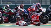 Perseteruan Jorge Lorenzo vs Marc Marquez baru terjadi usai balapan MotoGP Aragon. Lorenzo mengklaim Marquez sengaja menutup jalurnya di tikungan pertama. (REUTERS/Heino Kalis)