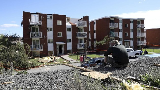 Tornado tersebut menyebabkan lebih dari 200 ribu orang di kawasan terdampak kehilangan listrik dan dua orang terluka serius. (REUTERS/Chris Wattie)