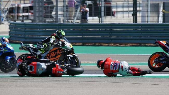 Pihak Race Direction MotoGP juga tidak memberikan pengumuman terkait kesalahan pebalap, dalam hal ini Marc Marquez, dan hanya mengumumkan Jorge Lorenzo mengalami dislokasi di kaki kanan. (REUTERS/Heino Kalis)