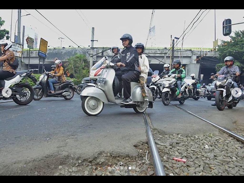 Tak hanya memori indah yang diingat Anies dengan keluarganya saat mengendarai motor klasik Italia tersebut, Anies juga selalu teringat dengan situasi dan latar suasana yang berkesan saat ia memacu Vespa di jalanan Yogyakarta. Foto: Instagram/Anies Baswedan