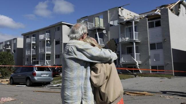 Menurut saksi mata yang tinggal di Mont-Bleu, Gatineau, tornado itu hanya berlangsung kurang dari dua menit dan mirip kerusakan yang ditampilkan di di film-film.(REUTERS/Chris Wattie)