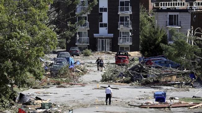 Sebuah tornado kuat menerjang kawasan Quebec dan Guatineau, Kanada padaJumat (21/9) waktu setempat. (REUTERS/Chris Wattie)