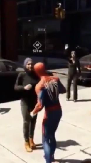Viral, Video Hijabers Menolak Dipeluk Spiderman