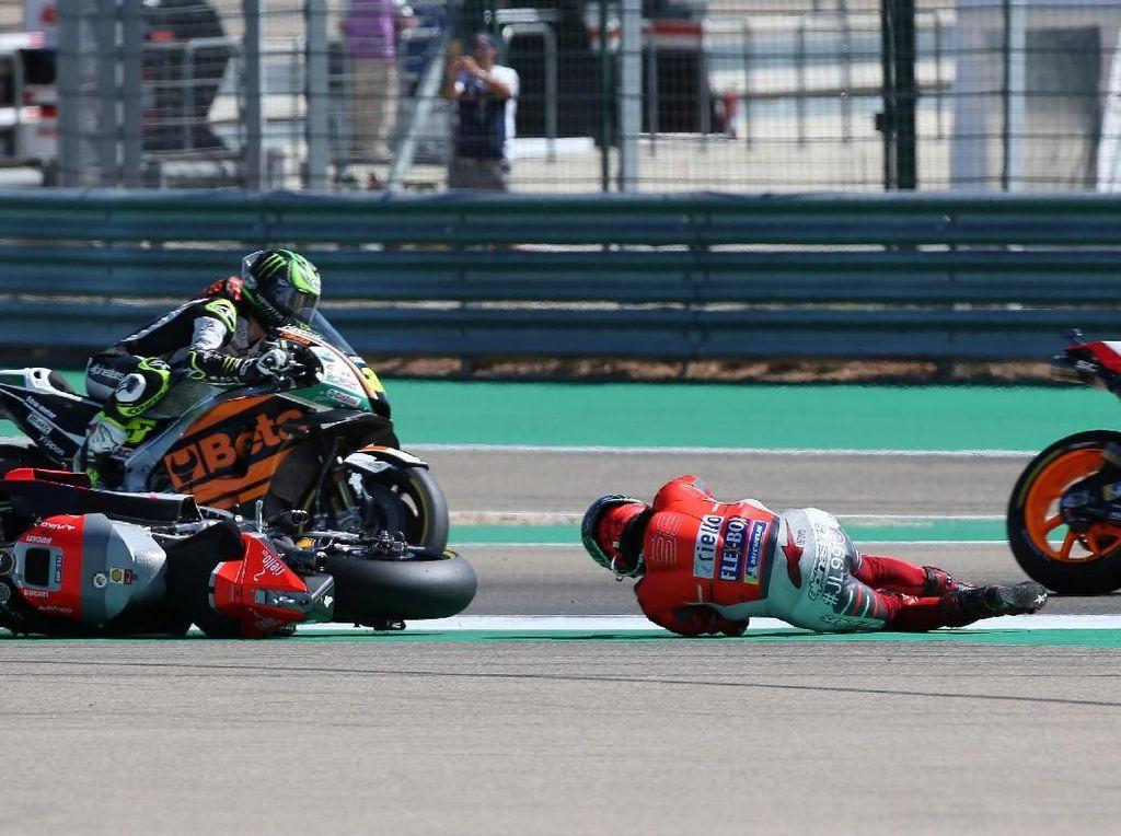 Lorenzo terseret di aspal usai terjatuh dari atas Ducati-nya. (REUTERS/Heino Kalis)