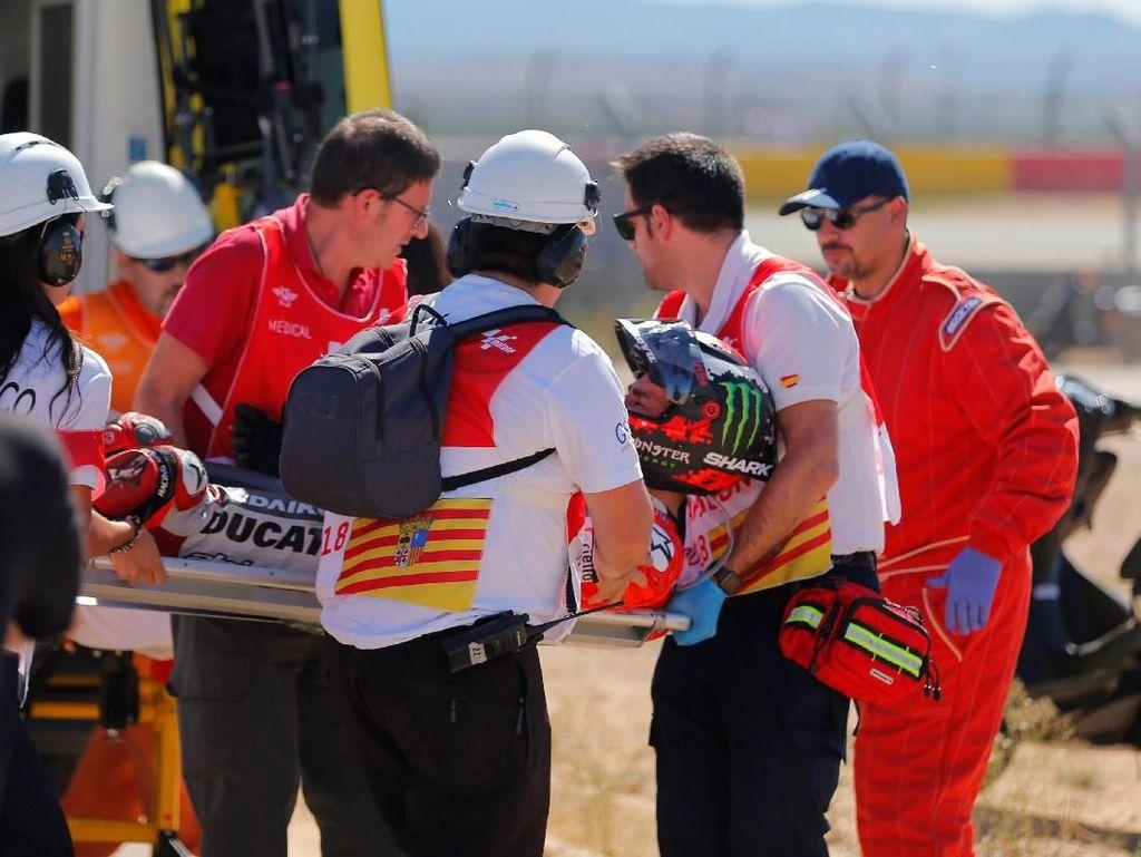 Atas crash tersebut Lorenzo mengalami cedera patah tulang metatarsal kanan dan juga dislokasi jari. (REUTERS/Heino Kalis)