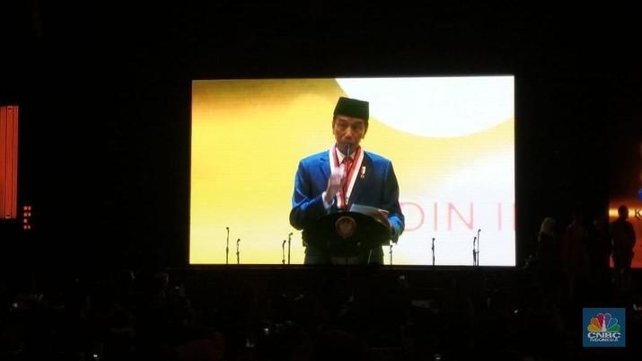 Jokowi menantang pengusaha yang tergabung dalam Kadin untuk mengerjakan proyek jalan tol Trans Sumatra.