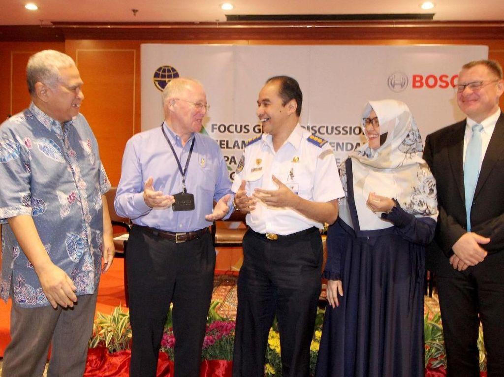 Hadir dalam diskusi tersebut Managing Director Bosch Indonesia, Andrew Powell (tengah) menyampaikan keunggulan teknologi Anti-lock Braking System (ABS) dalam sesi diskusi Sistem Keselamatan pada Kendaraan Bermotor bersama Kementerian Perhubungan, Bappenas dan Universitas Indonesia di Jakarta (24/9). Foto: dok. Bosch