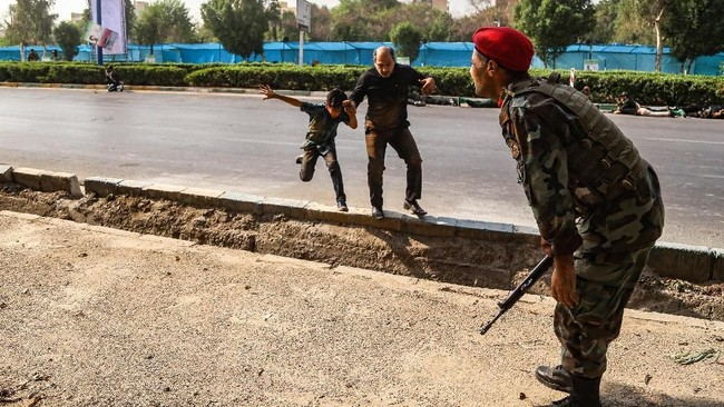Tak lama setelah itu, kelompok militan ISIS mengklaim serangan tersebut. Melalui media propaganda mereka, Amaq, ISIS melansir sebuah video yang menunjukkan tiga orang di dalam satu kendaraan. (AFP Photo/ISNA/Morteza Jaberian)