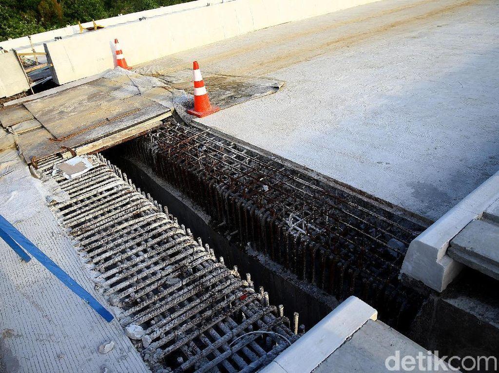 Hanya ada beberapa bagian dasar pengecoran jembatan yang masih perlu dirapikan.