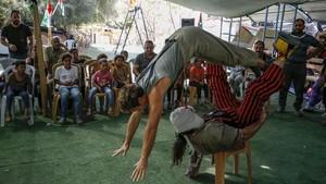 FOTO: Akan Digusur Israel, Badut Spanyol Hibur Anak Palestina