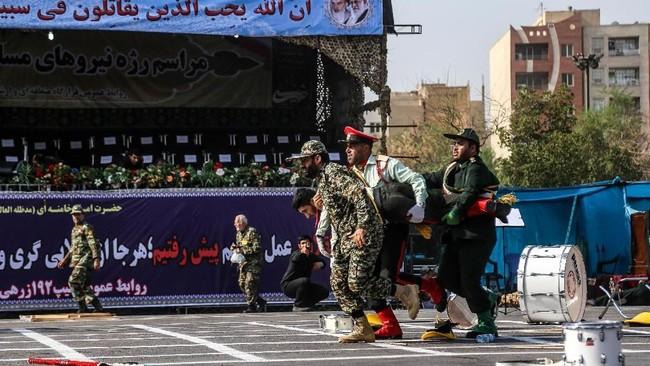 Parade militer di Kota Ahvaz, Iran, pada akhir pekan lalu berubah menjadi arena berdarah ketika aksi penembakan tiba-tiba terjadi, menewaskan setidaknya 25 orang. (AFP Photo/ISNA/Morteza Jaberian)