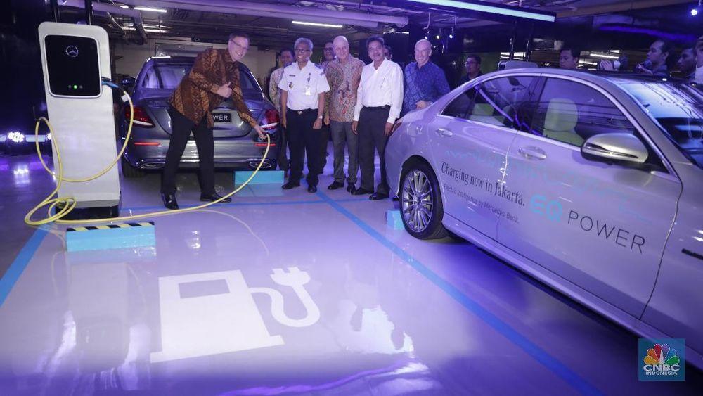 President & CEO Mercedes-Benz Distribution Indonesia Roelof Lamberts bersama President & CEO PT Mercedes-Benz Indonesia Guenter Haefle (ketiga) melakukan pengisian daya denganEQ Power Charging di kawasan Plaza Indonesia, Jakarta, Senin (24/9). (CNBC Indonesia/Muhammad Sabki)
