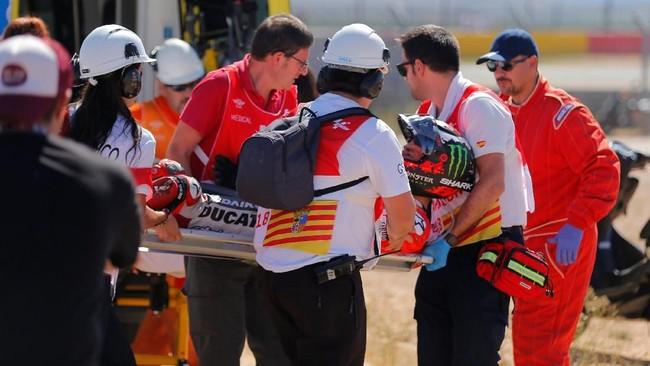 Jorge Lorenzo dimasukkan ke ambulans usai mengalami kecelakaan. Marc Marquez mengaku tidak berniat berusaha menjatuhkan Lorenzo dan hingga kini belum mengucapkan permintaan maaf. (REUTERS/Heino Kalis)