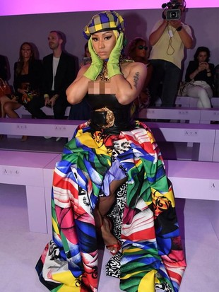 Pakaian Nyeleneh Nicki Minaj Nonton Fashion Show, Pakai Topi dan Kerudung