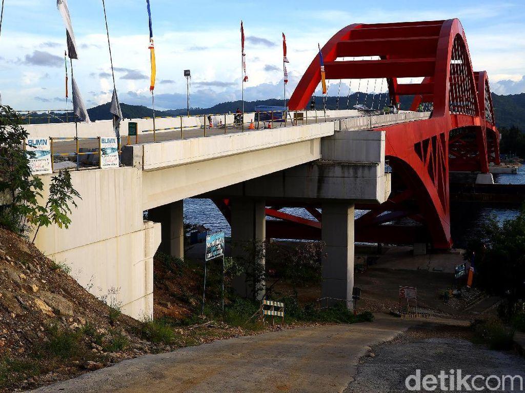 Pantauan detikFinance di lokasi, belum lama ini, pembangunan Jembatan Holtekamp masih terus dikerjakan.