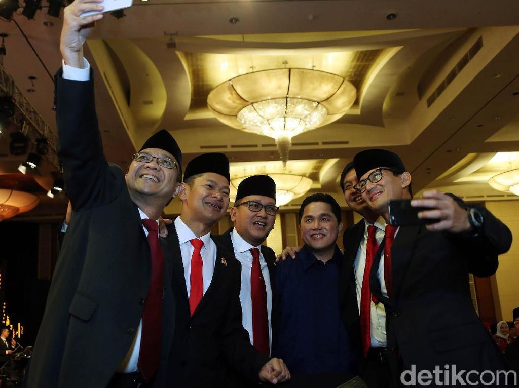 Ketum Kadin Rosan Roeslani selfie bersama Cawapres Sandiaga Uno didampingi antara lain Ketua Tim Kampanye Nasional Jokowi-Maruf Amin, Erick Thohir, politisi PDI-P Maruarar Sirait.
