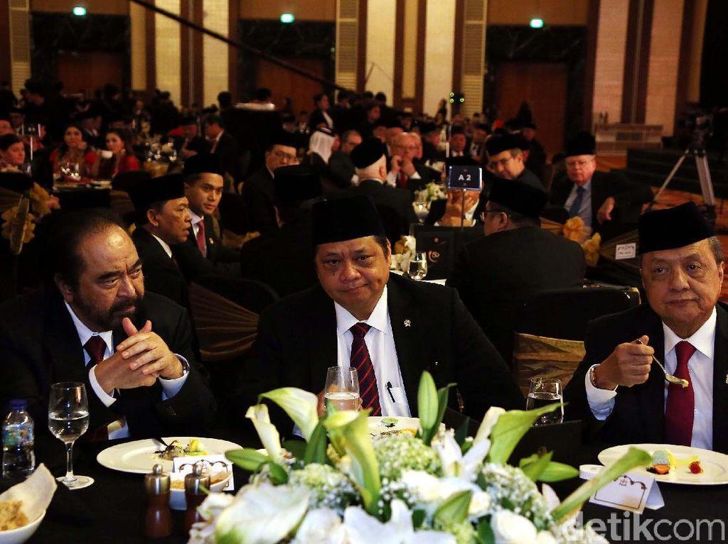 Menteri Perindustrian Airlangga Hartarto, MS Hidayat mantan Menteri Perindustrian yang juga mantan Ketua Kadin, dan Ketua Umum Partai Nasdem Surya Paloh duduk satu meja.
