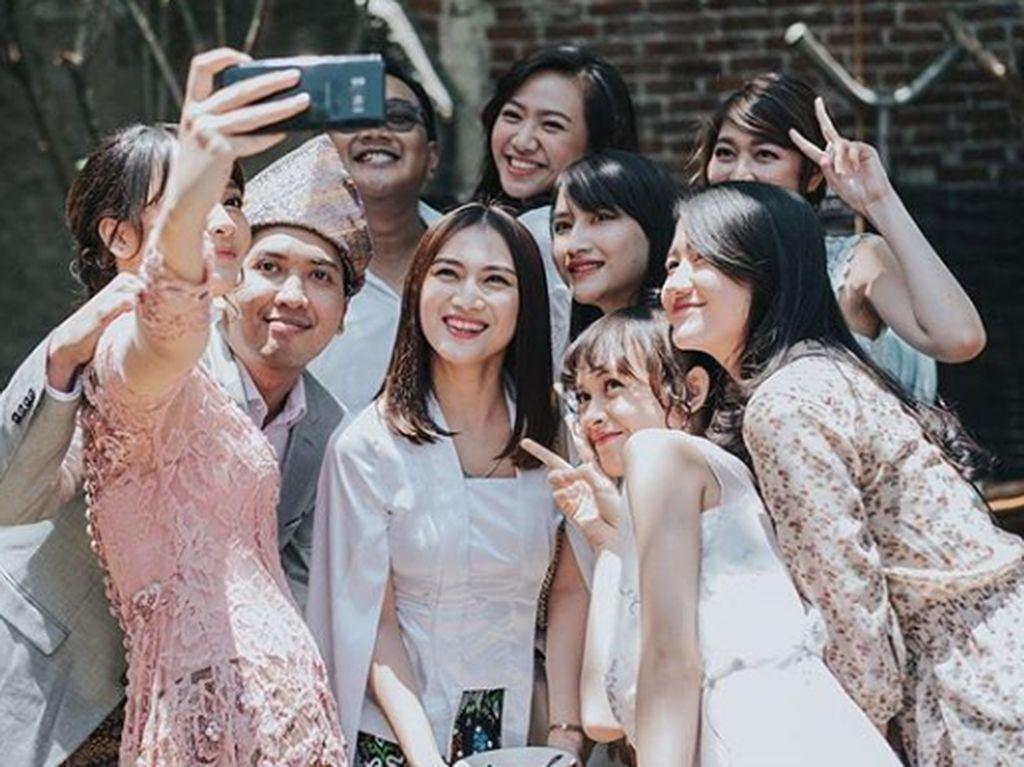 Para rekan di JKT 48 pun tampak hadir di momen bahagia dara berusia 22 tahun itu. Tampak di antaranya Melody. Dok. Instagram/kinalputridevi