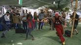 Para badut Spanyol menghibur anak-anak Palestina di Desa BedouinKhan al-Ahmar atau perumahan nomaden di Tepi Barat.