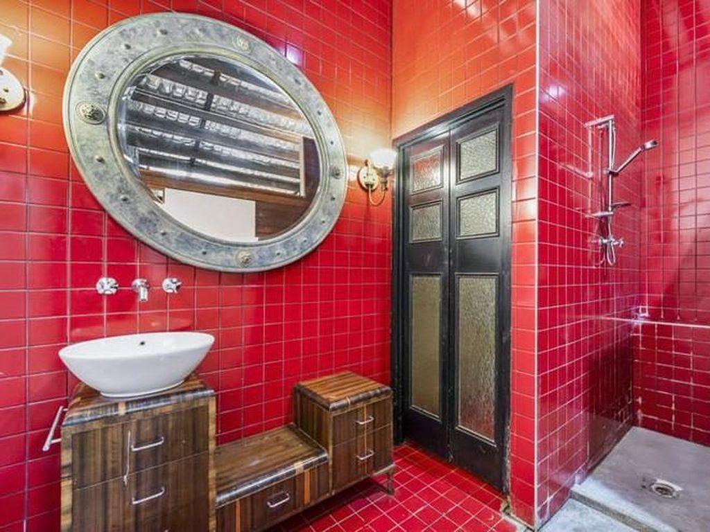 Kamar mandinya terlihat kuno, memang tegel yang digunakan masih yang asli dari dulu. Istimewa/Boredpanda.