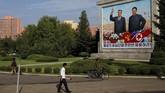Setiap melangkahkan kaki di Korea Utara, salah satu pemandangan utama yang tersaji adalah potret keluarga Kim Jong-un dan leluhurnya sebagai penguasa. (Reuters/Danish Siddiqui)